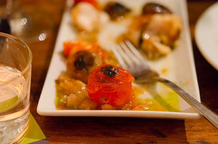 Seeteufelspieße mit Riesengarnelen, Cherrytomaten auf Tomaten-Concassée mit Arbequina, Raval Bar, Berlin Kreuzberg © Ariane Bille