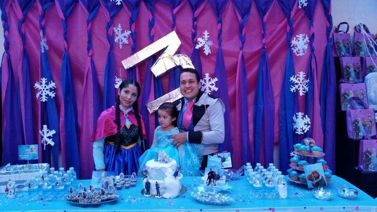 Padres de la cumplimentada disfrazados con personajes Frozen