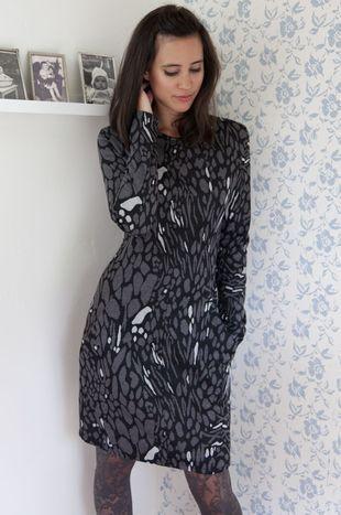 Tracy, jersey jurk panterprint designed by Dress's by Ellen Benders - Jurk in soepelvallende, zachte jerseystof. Insteekzakken in deelnaden.