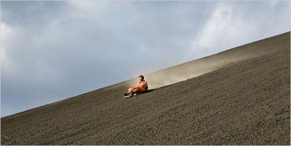 Volcano boarding: El deporte consiste en llevarte una tabla resistente a las altas temperaturas a lo más alto de un volcán para poder deslizarte.