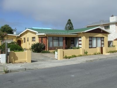 Holiday Rental - HR07Hei(217      South Africa, Western Cape, Struisbaai      ZAR 650 - ZAR 850 | 6 Sleeps | 3 Bedrooms | 1 Baths     This 3 bedroom house offers true holiday spirit being very close to the harbour, beach and shopping center.       Self Catering House  Close to Harbour  Close to Beach