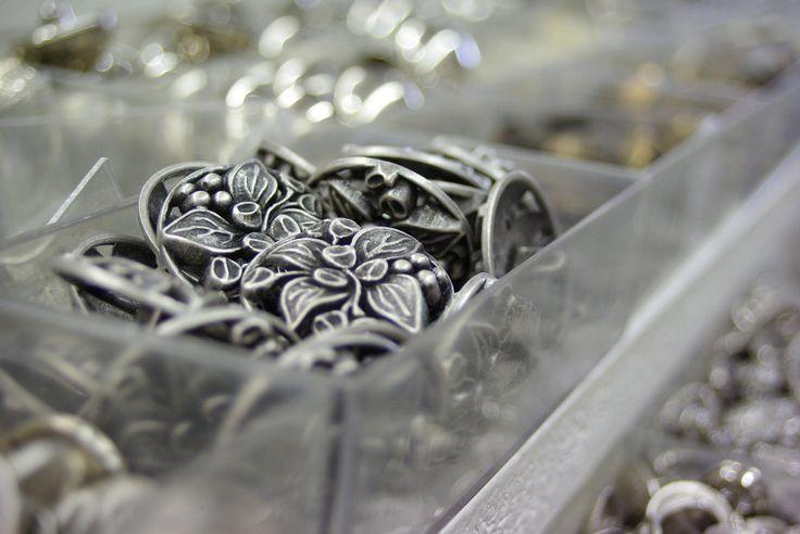 Un modèle parmi les milliers de boutons disponibles au rayon Mercerie de votre magasin Ellen Décoration.