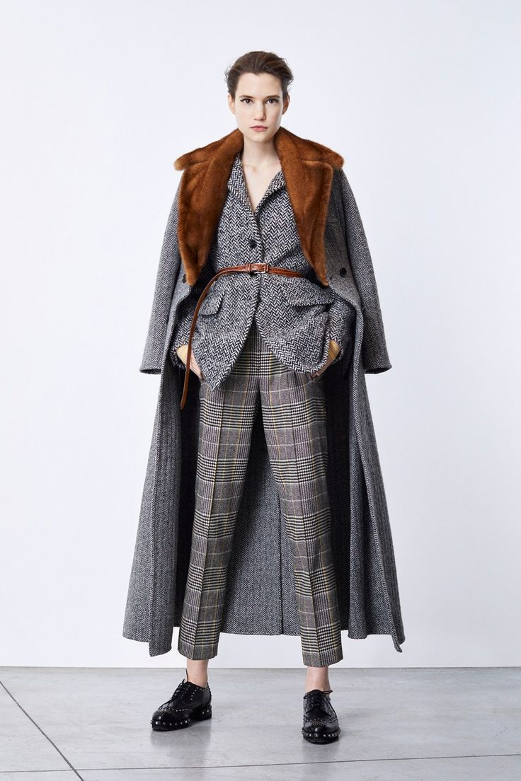 The complete Ermanno Scervino Pre-Fall 2018 fashion show now on Vogue Runway.
