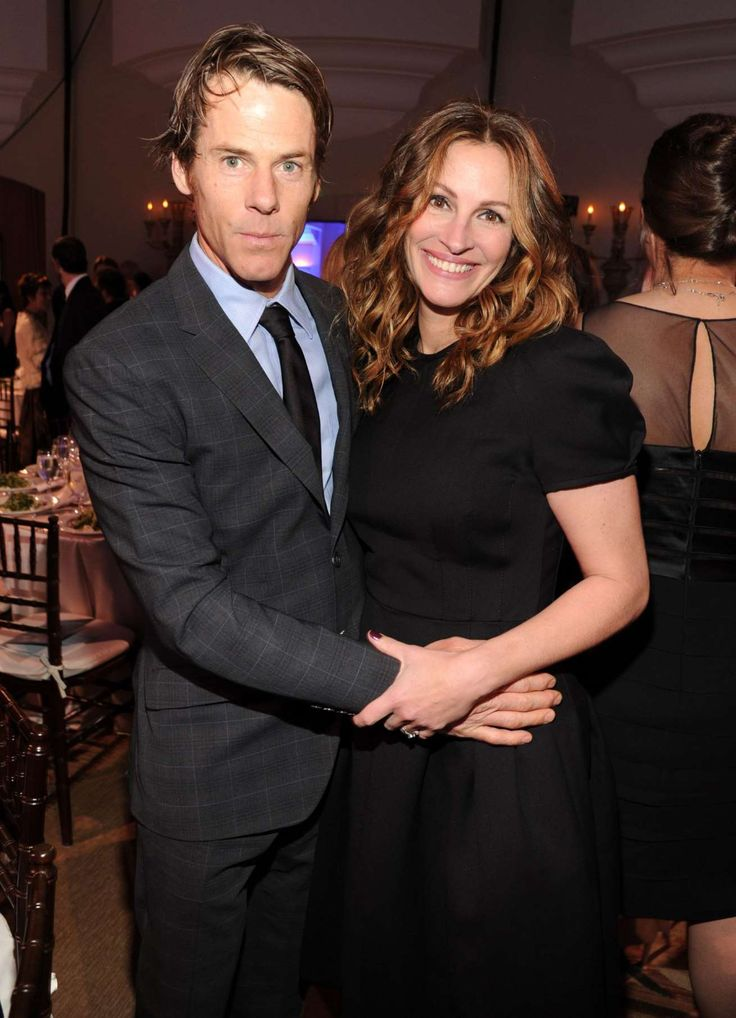Julia Roberts Is PEOPLE's 2017 World's Most Beautiful Woman!   April 19, 2017:        Danny Moder and Julia Roberts attend the 3rd annual Sean Penn & Friends HELP HAITI HOME Gala benefiting J/P HRO presented by Giorgio Armani at Montage Beverly Hills on January 11, 2014 in Beverly Hills, California.