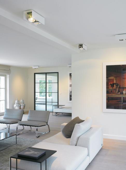 Modern wit interieur. Leuk idee de spots..