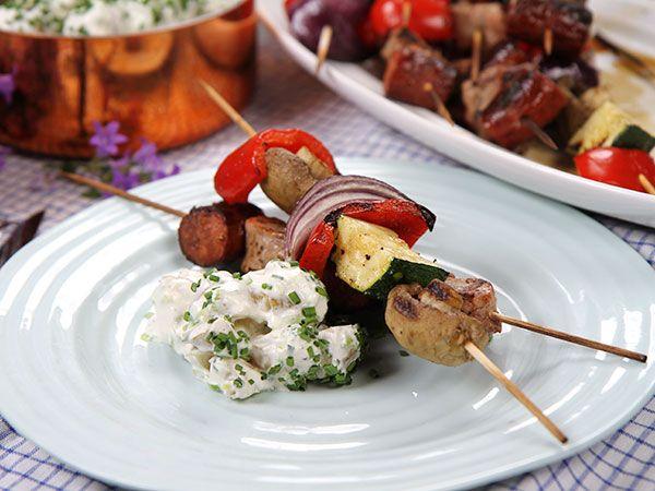 Grillspett och krämig potatissallad | Recept.nu