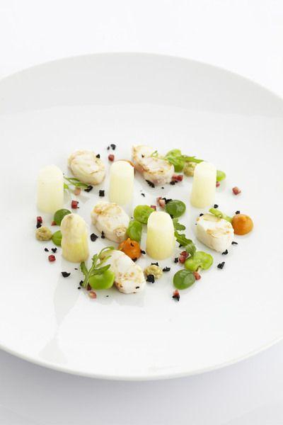 Een overheerlijke gebakken zeeduivel met asperges, gekonfijte tomaat en tuinbonen, die maak je met dit recept. Smakelijk!