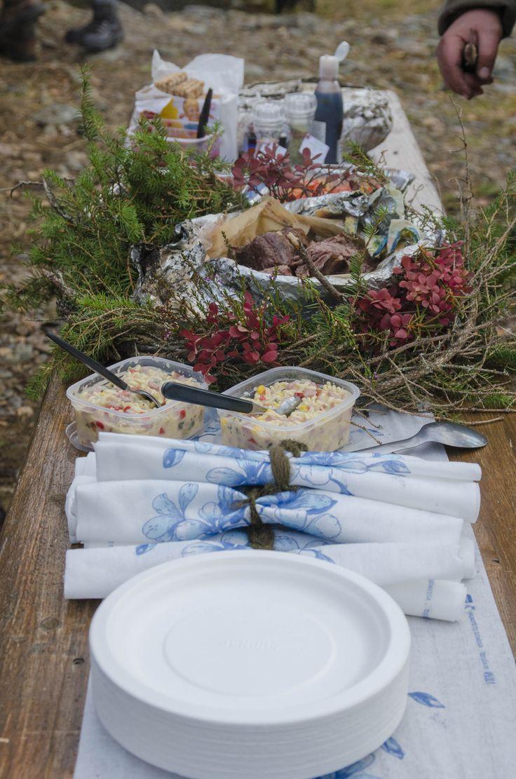 Juhla-ateria metsässä.
