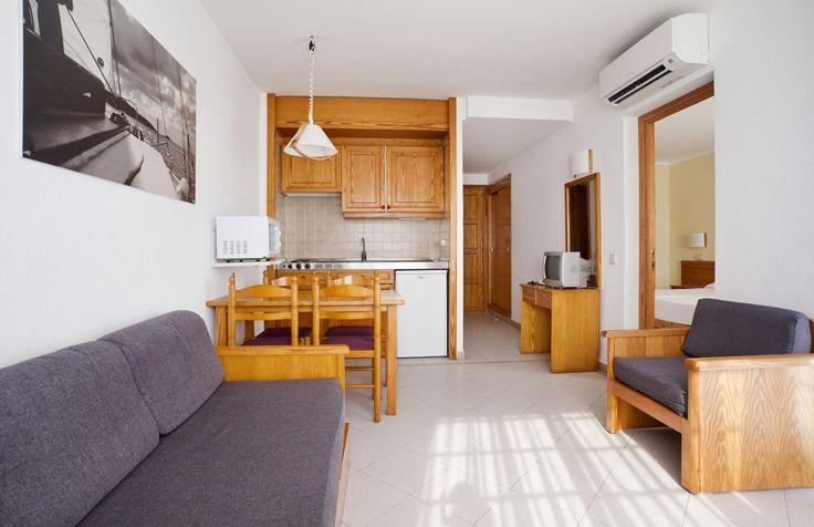 Salón-comedor de apartamento para vacaciones en Menorca. ¿Con quién te apetece venir? http://www.ilunionmenorca.com/