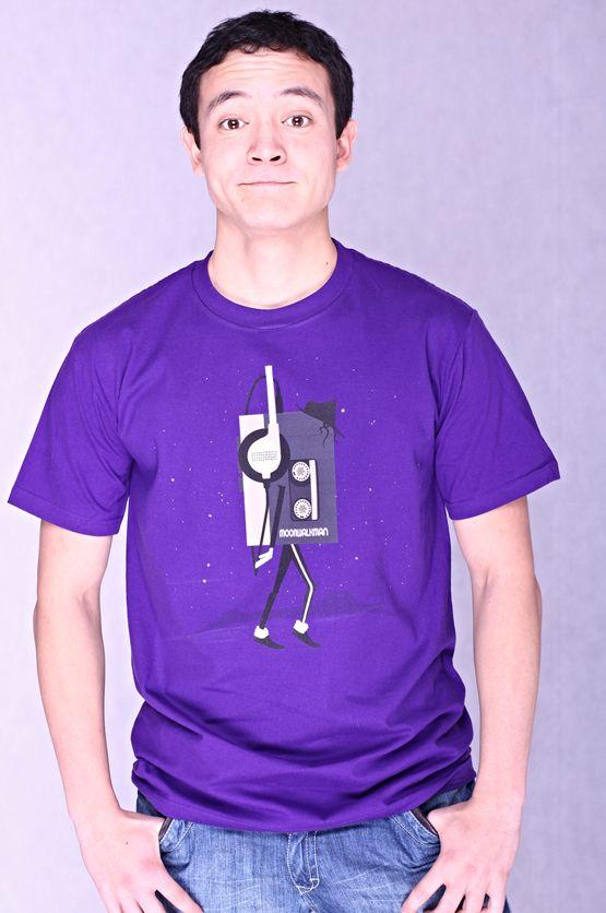 T-shirt MoonWalkMan Dit rechte model T-shirt voor mannen is gemaakt van voorgekrompen ringgesponnen katoen en bedrukt met een ontwerp van de bekende grafisch designer JordyTheGnome. (Jordy The Gnome) De hoge kwaliteit en goede verwerking zijn zichtbaar in de dubbele naden aan de mouwen en de zoom en de tweevoudig gelegde kraag in 1X1 ripp.