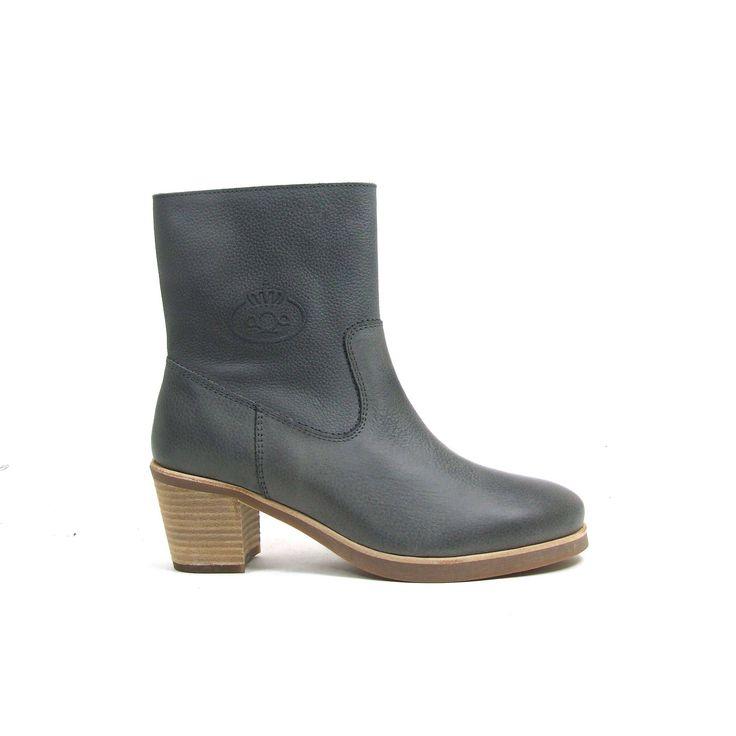 Grijze enkel hoge laarsjes van aQa, model A2731! De dames laarzen zijn helemaal leer en hebben een rits aan de binnenzijde. De blokhak is comfortabel en toch vrouwelijk met een hoogte van ongeveer 5 centimeter. De loopzool van de aQa dames enkel laarsjes is van rubber.