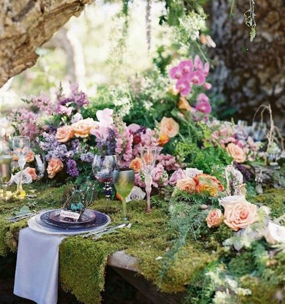 Love this amazing table. Bouquets on the site are also beautiful