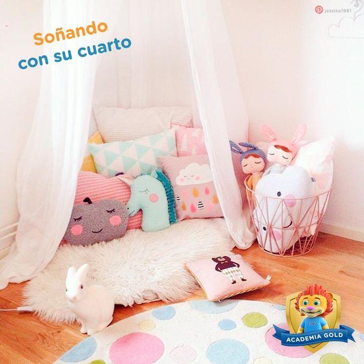 ¿No crees que a tu pequeña le encantaría tener en su cuarto un rinconcito tan especial como este? Fíjate en cómo las tonalidades de los cojines combinan muy lindo con el tapete, pero sin repetir estampados.