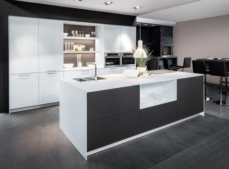 Witte keuken met donkere accenten. Deze witte, moderne keuken wordt ...