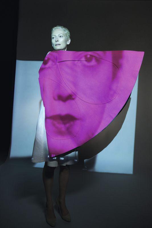 Jupe réversible d'Elsa Schiaparelli (1945-1955). Dans le film de Katerina Jebb projeté pendant le défilé, le visage de ces femmes célèbres a...The Impossible Wardrobe.  Saillard/Swinton, 2012 photo Katerina Jebb