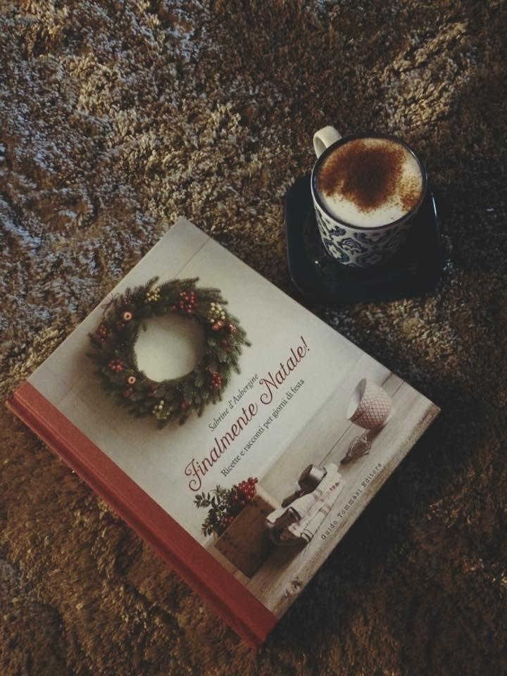 """""""Dal tuo/mio libro fuoriesce un profumo di buono, di cose belle della vita. Con tanta stima Sabrine, ti auguro una serena domenica"""" (messaggio di Elvira, con foto e mug di cioccolata. E mi chiedo: ma lo sfondo cos'è? Ipotesi: la terra dell'orto, un tronco d'albero, una tovaglia di spugna, il copriletto, la copertina sul divano...) #finalmentenatale #natale"""