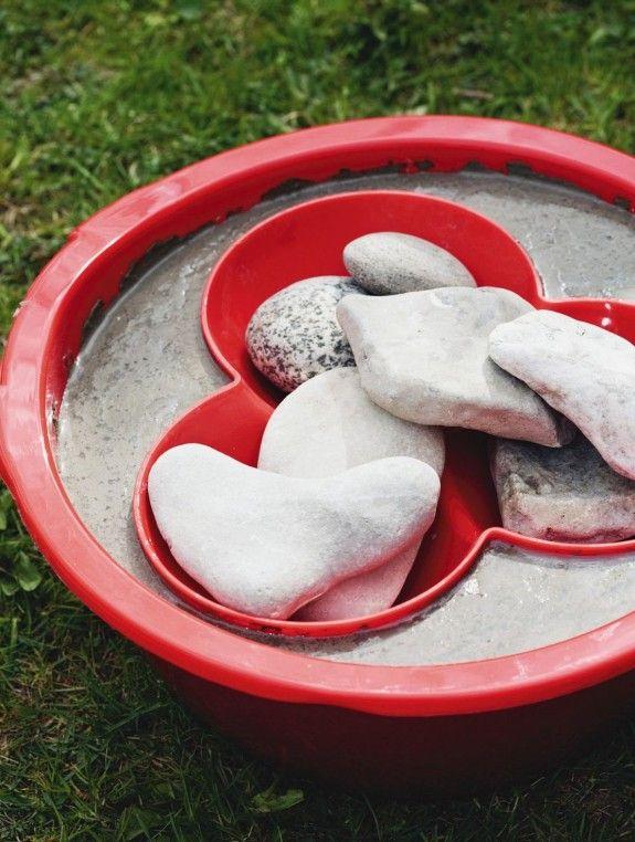 Mit einigen Steinen beschweren und ein bis zwei Tage trocknen lassen. Fertig ist die Vogeltränke.