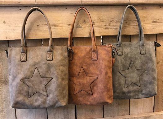 Trendy damestas shopper model met ster De tas is voor zien van een extra lange riem. 35x33x10cm kleur taupe - camel - grijs € 39.95 NU € 29.95 ( zuzzenzowonen )