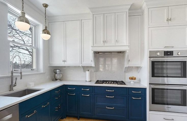 Красивая синяя кухня с мойкой под окном