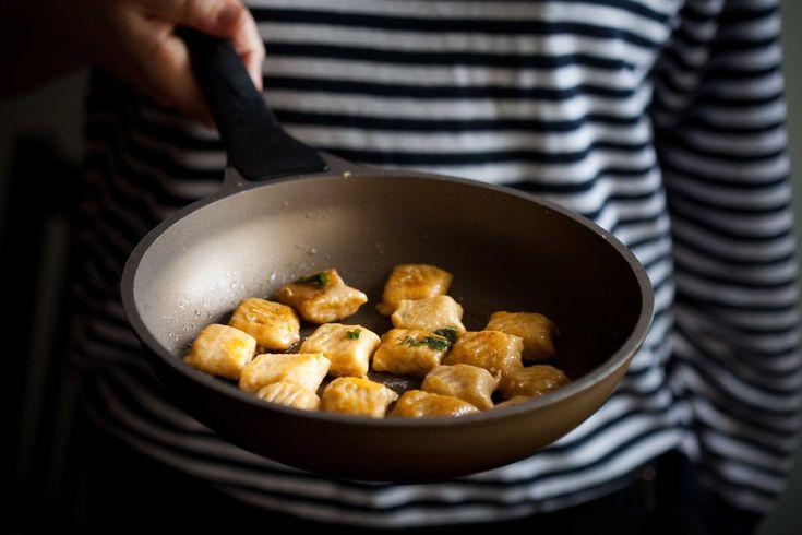 Kopytka ze słodkich ziemniaków i kaszy jaglanej ze zdrową mąką orkiszową - do podania na słodko z masłem lub miodem lub wytrawnie z czosnkowo-szałwiowym masłem