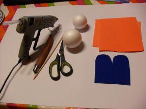 Hola os voy a explicar como se hace una zapatilla tipo bota de futbol. Lo primero son los materiales a utilizar: pistola de silicona caliente, cuter,tijeras,punzon o algo con punta que marque pero no escriba,bolas de porexpan una del numero 7 y otra del numero 6 y goma eva