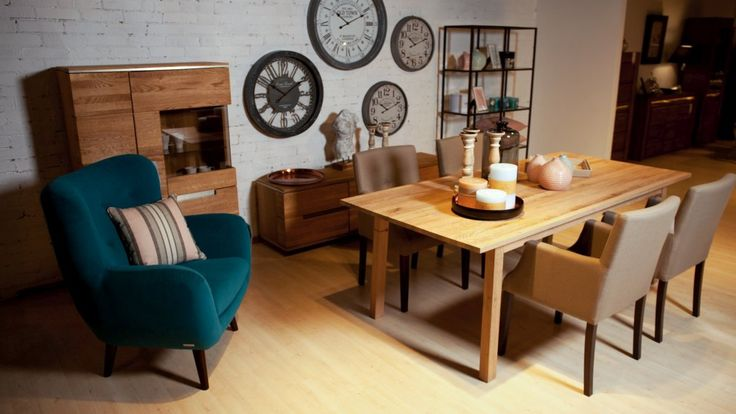 Klasyczny stół do jadalni o prostokątnym kształcie w aranżacji z krzesłami tapicerowanymi z podłokietnikami. Meble do jadalni nie muszą pochodzi z jednego zestawu, można dowolnie łączyć stoły i krzesła.