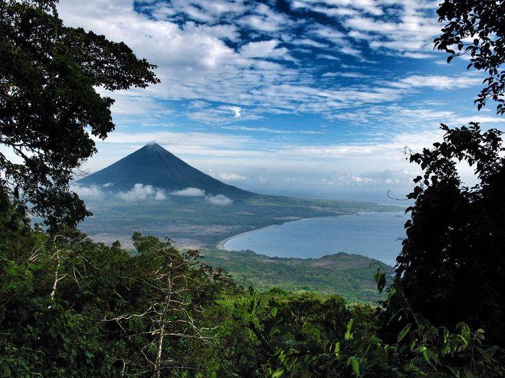 El #volcánConcepción visto desde la ladera del #volcánMaderas ambos en la #IsladeOmetepe. La #isla de #Ometepe llamada también Ōmetepētl (dos montañas en lengua náhuatl) se encuentra en #Nicaragua dentro del lago #Cocibolca o #GranLagodeNicaragua. Su extensión es de 276 km2 y es la isla volcánica más grande de las situadas en el interior de un lago. Su población asciende a 35.000 personas. Los núcleos de población más importantes son #Moyogalpa y #Altagracia que son también los dos puertos…