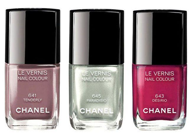 Per sfoggiare una manicure elegante e femminile la maison francese Chanel suggerisce per la stagione primavera estate 2015 delle nuove tonalità di smalti che vanno ad aggiungersi alle altre iconich...