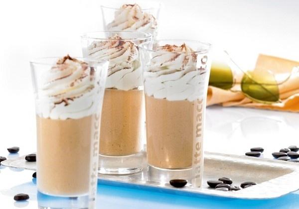 bailey`s koffie. 1 maatje Bailey`s - 1 kopje warme koffie (sterk) - 1 toefje slagroom- chocoladeschilfertjes