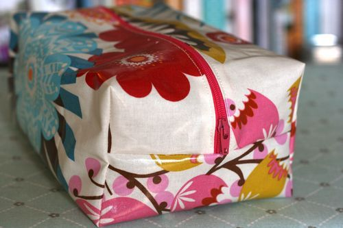 One Shabby Chick Box Bag #tutorial http://oneshabbychick.typepad.com/one_shabby_chick/2011/09/oilcloth-box-bag.html#