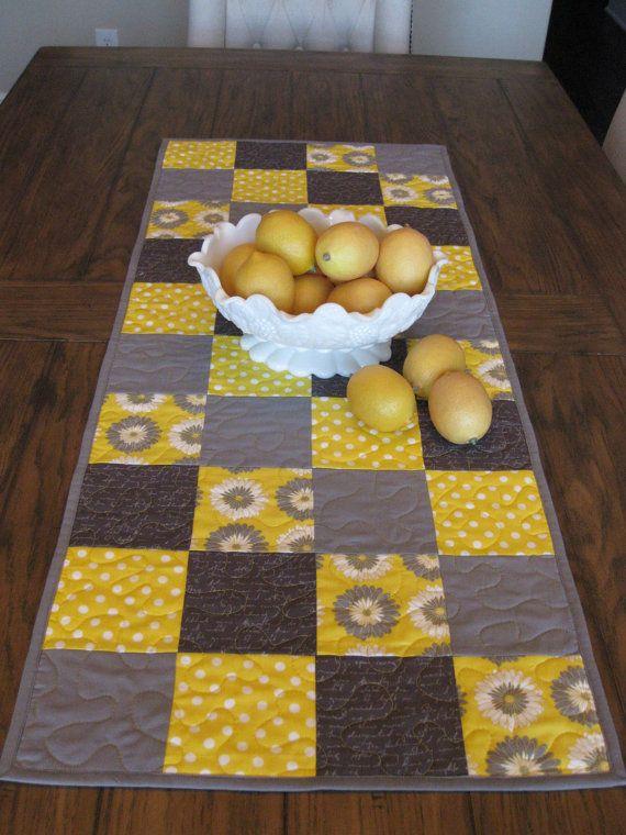 Camino de mesa amarillo y gris por Quiltedhearts5 en Etsy