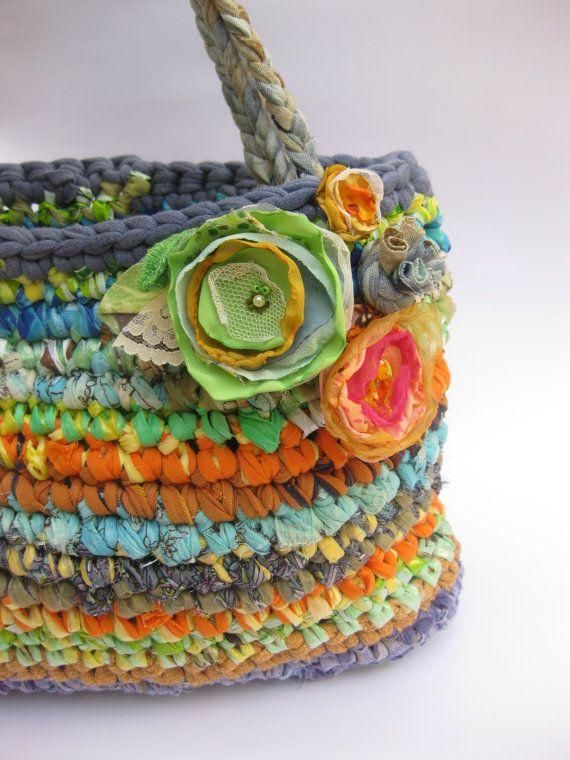 Ce grand sac à main / cabas mini est tricotés de tant de différents types de tissus et fils de sacs en plastique (ou plarn) à la main.    3 fleurs en tissu sont aussis à lavant, et vous pouvez les supprimer si vous le souhaitez, car ils ont des broches broche dans leur dos. Dimensions: 9 haut x 3,5 de large x 13 de long (21 cm x 9cmx cm 33) ; 10 coup de sangle (36 cm)    Entretien facile : doux lavage froid, suspendre pour sécher.    Jai crocheter mes sacs dans mon studio à Eshtaol, près...