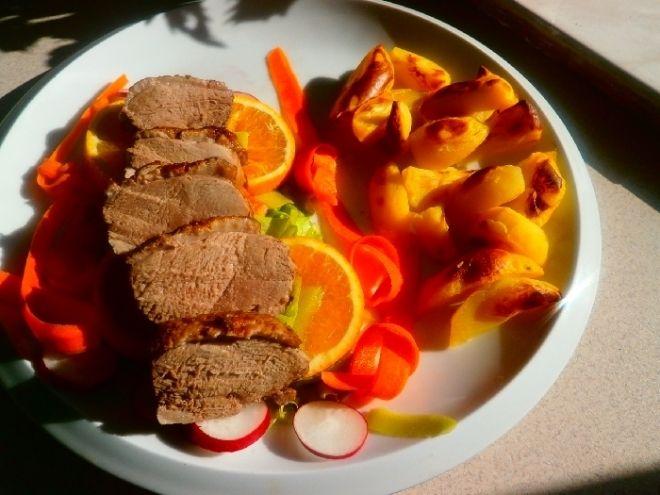 Kachní prsa na pomeranči  - Kachní prsa jsem si den předem naložil, bobkový list, pepř, nové koření, jalovec, citronovou a pomerančovou  kůru i šťávu . Posolil mořskou ..