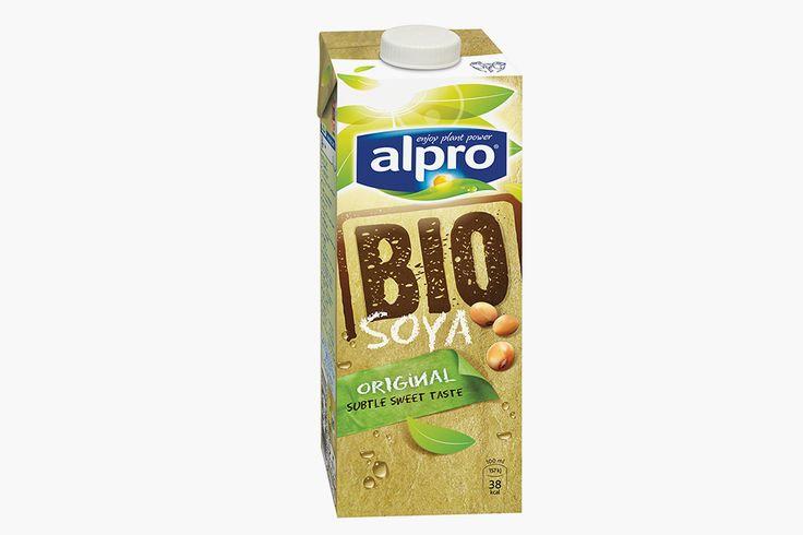 СОЕВОЕ МОЛОКО  Alpro, Bio Soya Milk, 1 л, 254 руб., utkonos.ru Оно богато протеином, аминокислотами, кальцием и железом — так что можно не боятся, что вы  чего-то недополучите. В натуральном виде оно содержит примерно такое же количество белка, как и коровье. И по сравнению с другими альтернативами достаточно дешевое. Единственный минус — у этого молока своеобразный вкус, и вы можете «не подружиться».