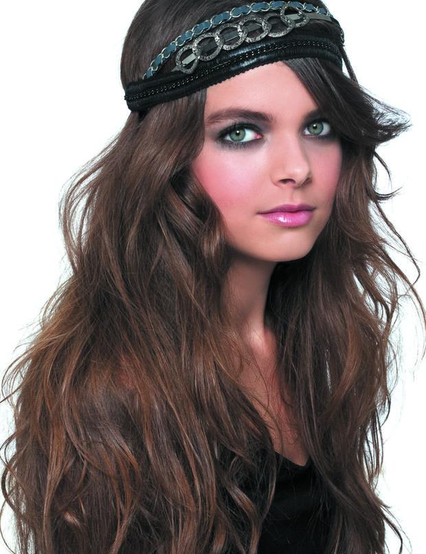 Le headband rétro de Biguine Comme les années 20, où les rubans dans les cheveux faisaient fureur, réalisez cette coiffure sur une base d'ondulations souples. Vous les obtiendrez en froissant vos cheveux humides, préalablement recouverts de spray salin et chauffés avec un sèche-cheveux. Dernière étape, posez sur vos cheveux plusieurs headbands les uns au-dessus des autres, en partant du centre du front. Cela plaquera tout le haut ...