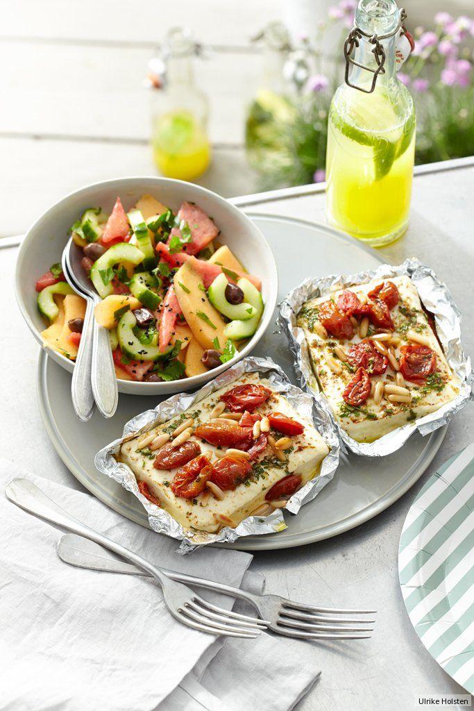 Der Feta wird mit Rosmarin, gerösteter Fenchel- und Koriandersaat in Öl mariniert und gart dann im Päkchen mit Pinienkernen und halb getrockneten Tomaten - die sind milder als getrocknete.