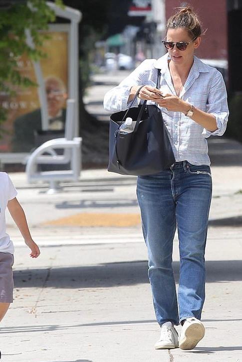 Jennifer Garner wearing Saint Laurent Shopping Tote f717df14936cb