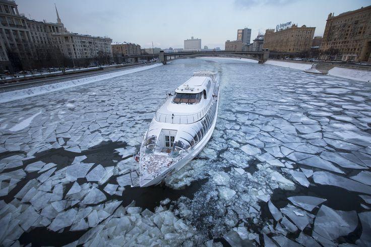 #Barco turístico faz cruzeiro no rio #Moskva, em #Moscou, na #Rússia. Foto: Alexander Zemlianichenko/Associated Press.