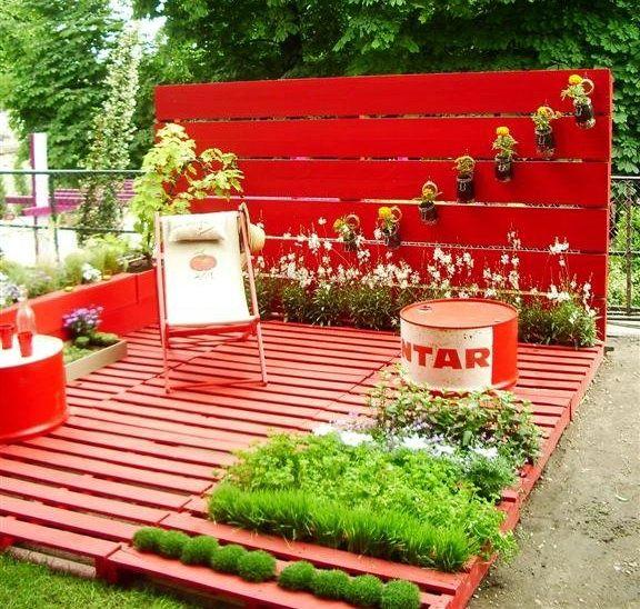 gebrauchte europaletten garten terrasse rot gestrichen