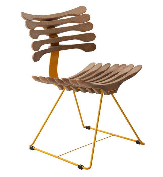 Cabides de roupa e esqueleto humano foram inspiração para a cadeira criada por Pedro Paulo Franco. A injeção plástica pode ser feita com coc...