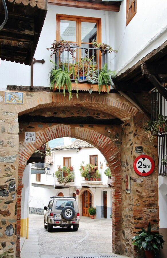 Arco de Sevllla en Guadalupe en Extremadura