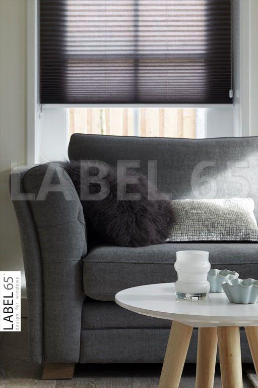 Kleed uw kamer aan met sfeervolle woonaccessoires, bijvoorbeeld een plisse gordijn in combinatie met een mooi tafeltje.