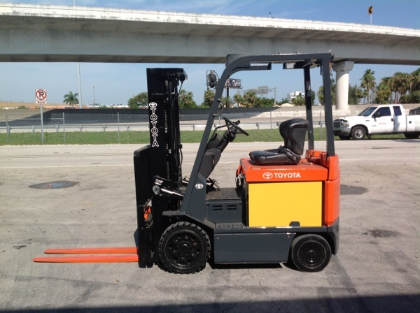 Forklift for sale in Miami 2006 Toyota model 7FBCU25 triple mast 36 volts $12,500