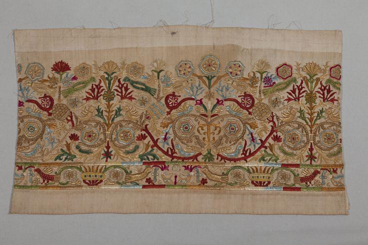 Τμήμα ποδόγυρου κρητικού φουστανιού (0,71 x 0,40 μ.). Κρήτη, 18ος αιώνας.  Συλλογή Πελοποννησιακού Λαογραφικού Ιδρύματος, Ναύπλιο. Part of the hem of a Cretan dress (0.71 x 0.40 m.).  Crete, 18th century. Peloponnesian Folklore Foundation Collection, Nafplion