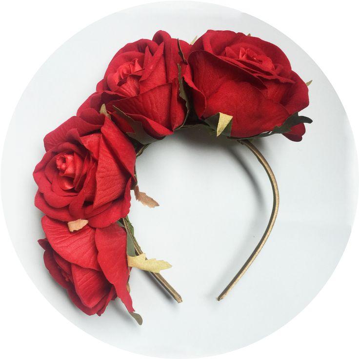Diadema de flores disponible en nuestra web. Hacemos tocados de flores personalizados para eventos o bodas para ser la invitada perfecta.