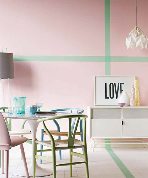 Comedor con pared rosa pastel y sillas en diferentes colores pastel | Dining room with pink pastel wall and pastel chairs in different colours · ChicDecó