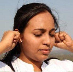 Tira de tus orejas 10-15 segundos. Los científicos dicen que todos los nervios que incrementan la consciencia están localizados en la parte más baja de las orejas. Mueve las orejas en sentido de las agujas del reloj y luego en el sentido contrario (como si giraras una rueda) hasta que tus orejas se pongan calientes. Más ejercicios de Sukshma Yoga para relajarse en 7 minutos