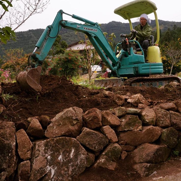 崩れかけた石垣を再建 #庭 #diy #ユンボ