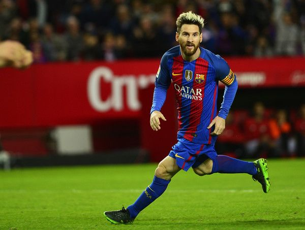 Barcelona's Argentinian forward Lionel Messi celebrates after scoring during the Spanish league football match Sevilla FC vs FC Barcelona at the Ramon Sanchez Pizjuan stadium in Sevilla on November 6, 2016. / AFP / CRISTINA QUICLER