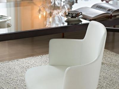 LEMA | Elegant, refined and timeless, Lucy stands out for its structure in solid wood and the welcoming, harmonious shapes of the leather seating finished with flat fell seams from Lema tailoring.
